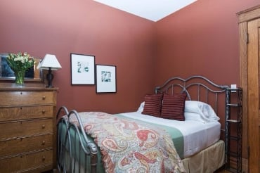 Chicago Guest House on Lakewood 3rd floor apartment. Cozy queen bedroom