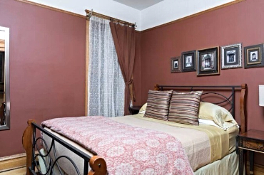 Chicago Guest House Wrigley Suite cozy queen bedroom