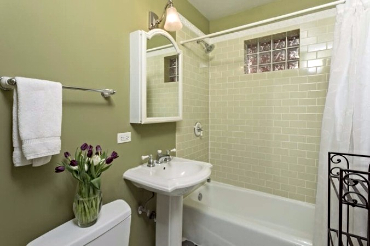 Chicago Guest House on Henderson. Full bathroom
