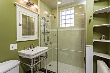 Chicago Guest House on Newport full bath with steam shower