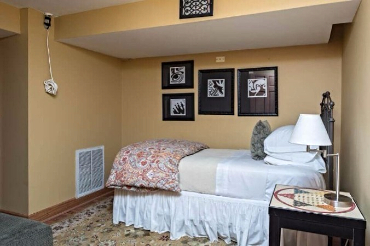 Chicago Guest House Wrigley Suite cozy twin bedroom