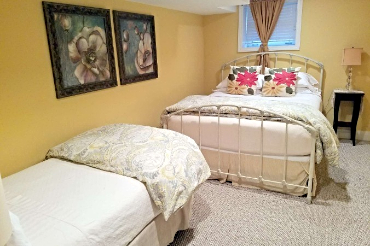 Chicago Guest House on Newport 1st floor apartment bedroom with queen and twin bed