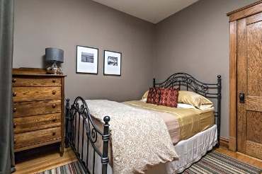 Chicago Guest House 2nd floor apartment cozy queen bedroom