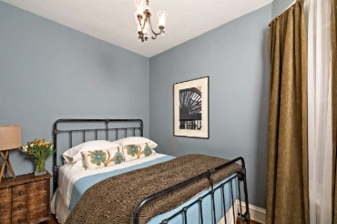 Chicago Guest House on Newport 1st floor apartment cozy queen bedroom
